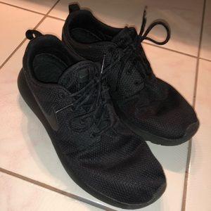 Black Nike Roche